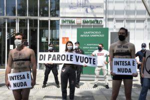 Intesa è nuda: attivisti di Extinction Rebellion nudi sotto il grattacielo Sanpaolo
