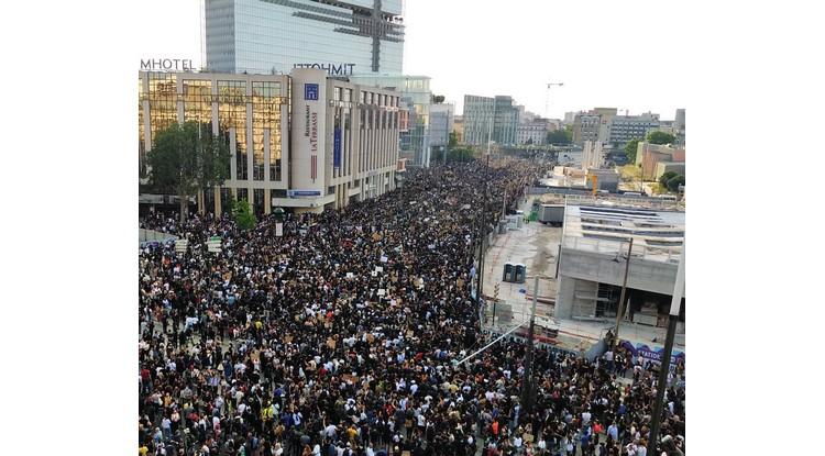 Adama Traoré fa eco a Georges Floyd: migliaia di manifestanti nelle strade della Francia
