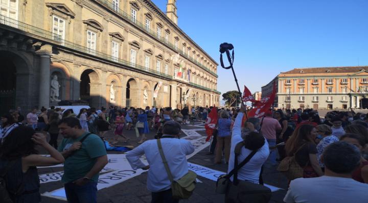 Priorità alla scuola, anche a Napoli insegnanti e studenti scendono in piazza