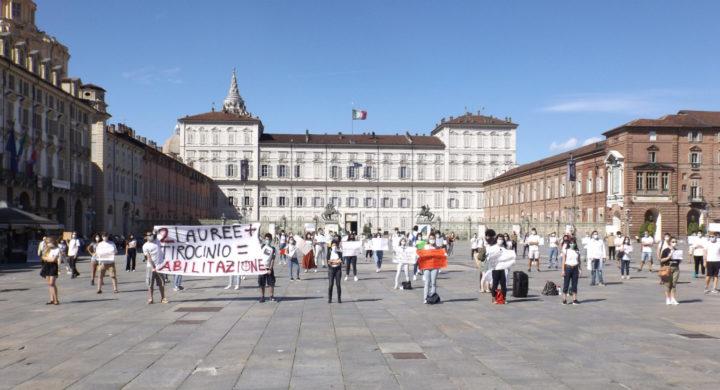 Psicologi, farmacisti e biologi in piazza a Torino