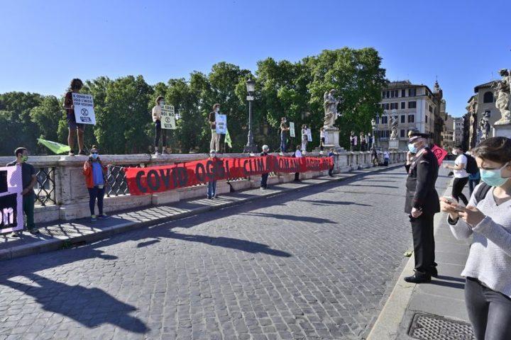 Attivisti di Extinction Rebellion sul parapetto di Ponte Sant'Angelo a Roma