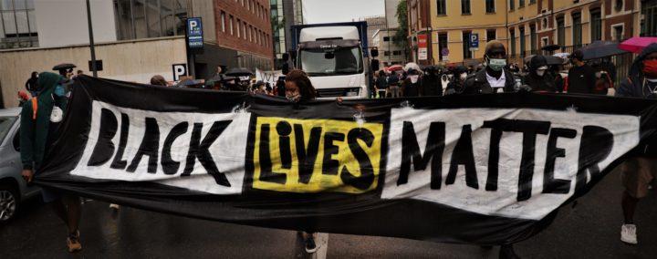 Il diluvio non ha fermato le migliaia di voci colorate di Black Lives Matter a Milano