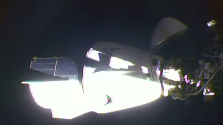La nave tripulada Crew Dragon de SpaceX se acopla a la EEI y culmina su histórico vuelo