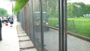 Trump construye un muro alrededor de la Casa Blanca en medio de las protestas masivas