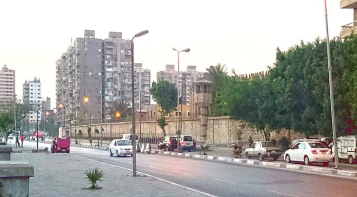 Egipto, muerto por Covid el periodista Mohamed Mounir después de su detención en la cárcel de Tora