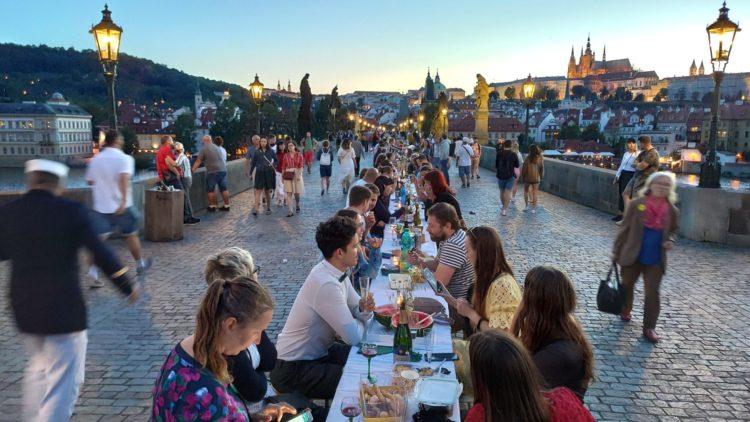 Prague, grande fête sur le pont Charles. Folie ou inspiration ?
