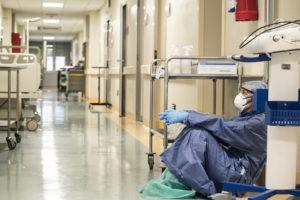 COVID-19: Regierungen weltweit versagen beim Schutz von Gesundheitsarbeiter*innen