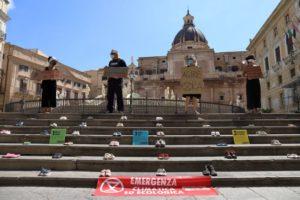 Un tappeto di scarpe da bambino a Palermo: Extinction Rebellion rivendica un pianeta sano per le nuove generazioni