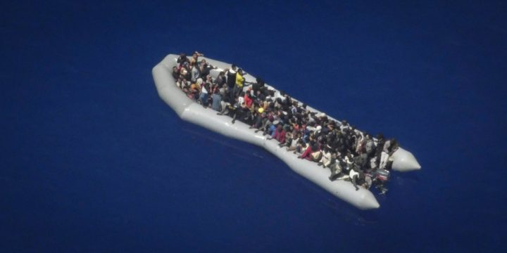 Fermo amministrativo per l'Ocean Viking. Naufraghi riportati in Libia