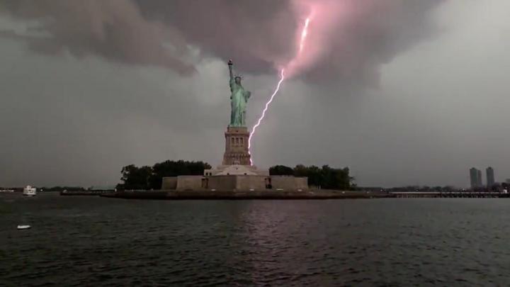 El instante en que un rayo impacta varias veces en la Estatua de la Libertad