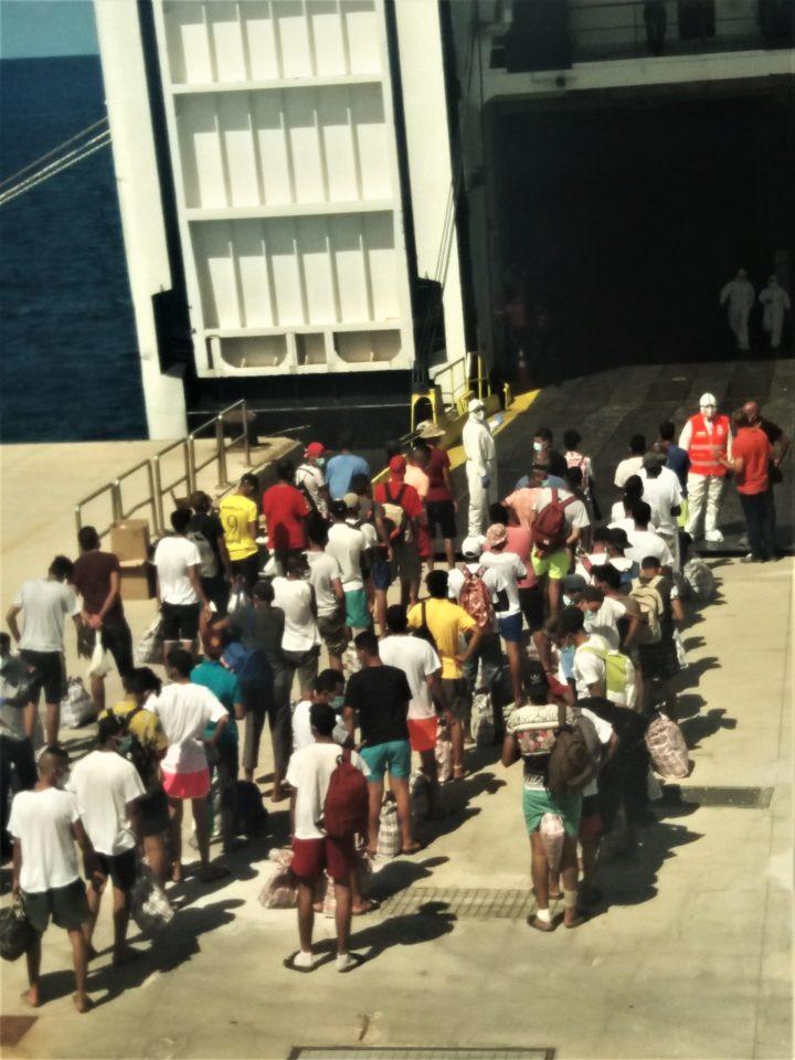 L'operazione di imbarco dei migranti