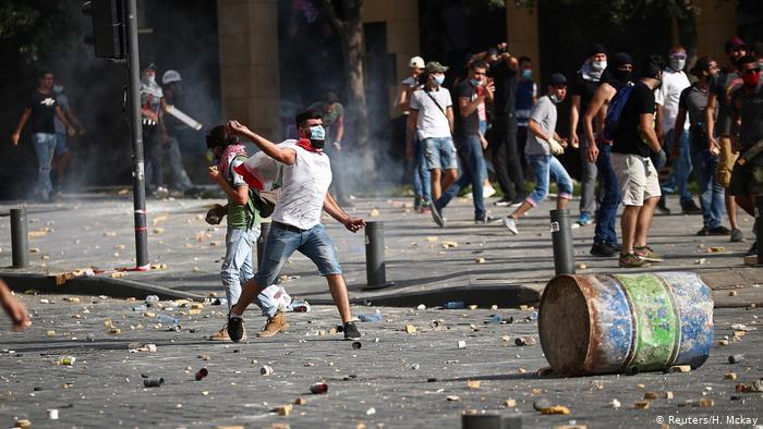 Beirut: varios manifestantes se enfrentan a la policía frente al Parlamento