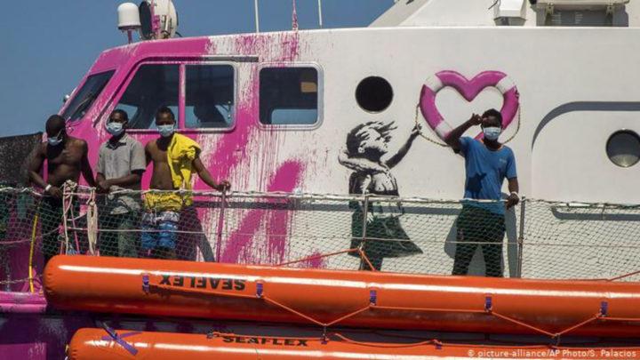 Italienische Küstenwache hilft Banksy-Schiff