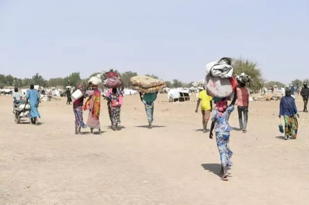 Refugiados de Nigeria se desplazan hacia asentamientos en el norte de la vecina Camerún. La violencia en la región fronteriza de Nigeria, Níger, Camerún y Chad, deja miles de muertos cada año y ha desplazado de sus hogares originales a tres millones de personas.