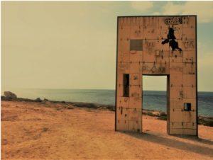 """""""Porta di Lampedusa – Porta d'Europa"""" , opera di Mimmo Paladino, collocata all'estremità meridionale dell'isola, la prima che vede chi arriva dall'Africa via mare."""