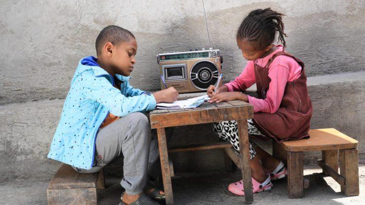 UNICEF dos estudiando