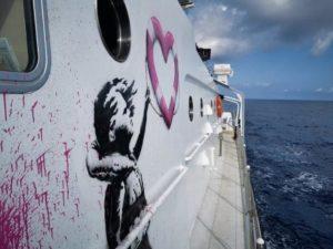 Lo street artist britannico Banksy finanzia una nave per salvare i rifugiati nel Mediterraneo