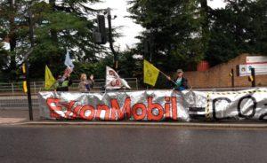 Gli eco-attivisti di XR contro la ExxonMobil