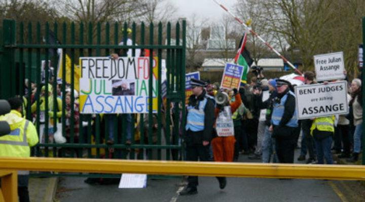 I manifestanti chiedono a gran voce solidarietà per Assange