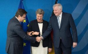 """UE: Il nuovo piano sulla migrazione punta sui rimpatri """"solidali"""""""