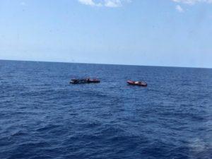 Open Arms soccorre 276 naufraghi in 4 giorni. Le persone salvate dalla Maersk Etienne trasferite sulla Mare Jonio