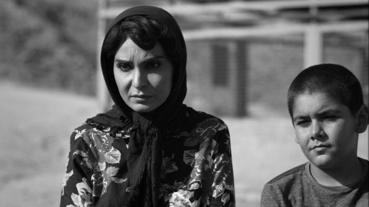 """Venezia 2020.  """"Terra desolata"""", in un potente film iraniano manovali come """"ostie"""""""