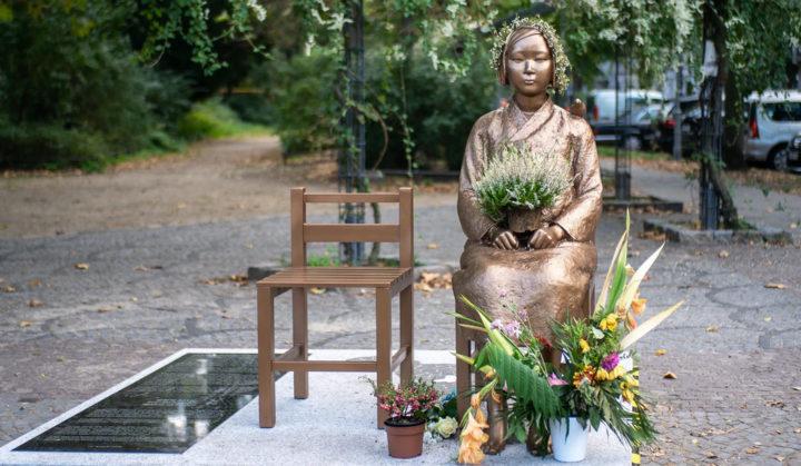 "Women in Schatten: A Notice for the Asian ""Trust Women"""
