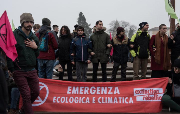 Lacrime di sangue e petrolio al laghetto dell'EUR. ENI non siamo noi: stop ai combustibili fossili