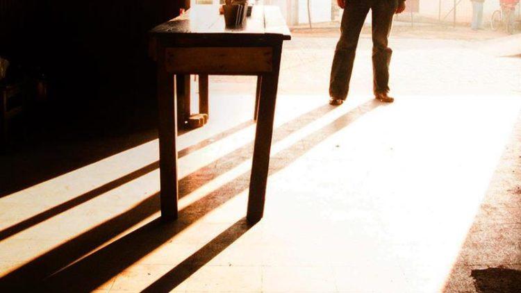 Rafael Edwards - hombre y mesa