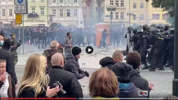 Manifestazione a Praga contro i provvedimenti anti-covid termina in un violento scontro tra ultras e polizia