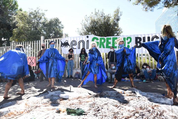 Extinction Rebellion incatena l'ENI: stop ai combustibili fossili