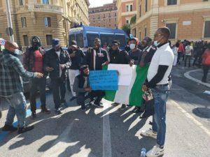 """Dalla Nigeria la protesta contro la polizia raggiunge Roma: """"Basta violenze"""""""