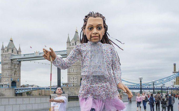 Riesenmarionette wird 8.000 km laufen, um auf die Notlage geflüchteter Kinder hinzuweisen