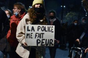 A polícia continua a atacar pessoas exiladas nas ruas de Paris