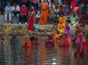 Inde : Des milliers de fidèles fêtent Chhath Puja à Agartala