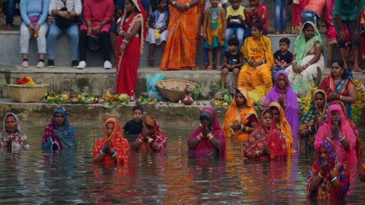 India: Miles de devotos celebran Chhath Puja en Agartala