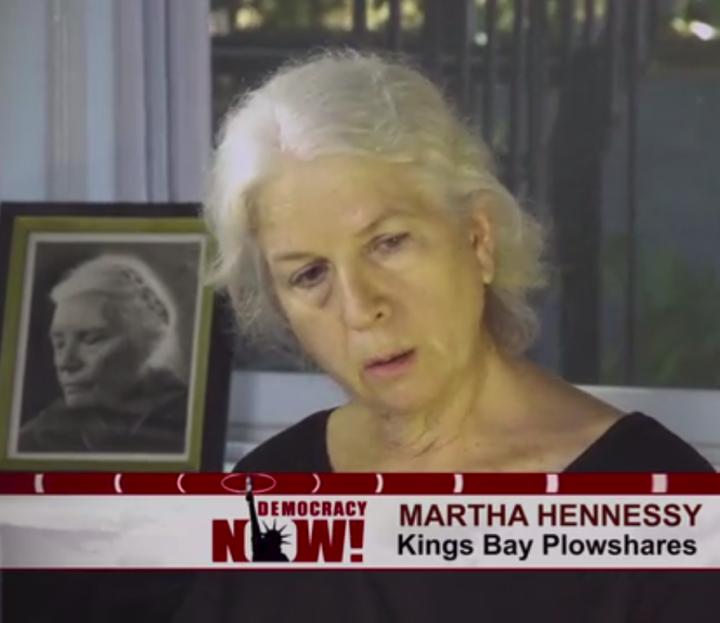 """Martha Hennessy – """"Kings Bay Plowshares""""-Atomwaffenaktivistin – auf der Anklagebank"""