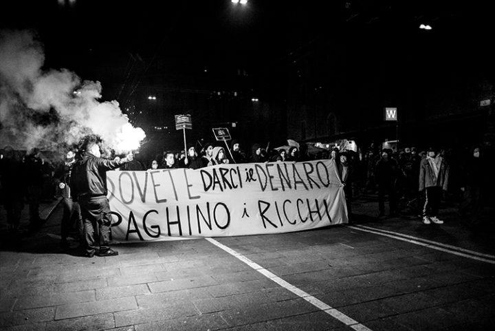 La crisi la paghino i ricchi: a Bologna il corteo indetto dai riders per salvaguardare gli ultimi