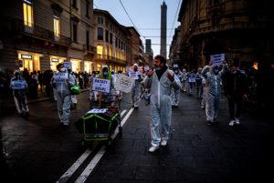 Noi siamo gli invisibili: a Bologna si rivedono le tute bianche