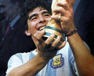 """Maradona: por que os ingleses não conseguem superar a """"Mão de Deus"""" e os latino-americanos a adoram"""