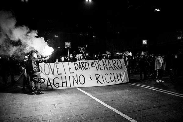 La crisi la paghino i ricchi: a Bologna il corteo indetto dai riders per salvaguardare gli ultimi.