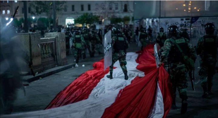 Masivas protestas pacíficas por la democracia en el Perú