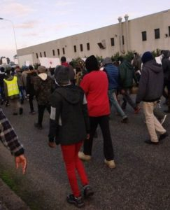 Manifestazione antirazzista in corso dopo la morte di Gora Gassama