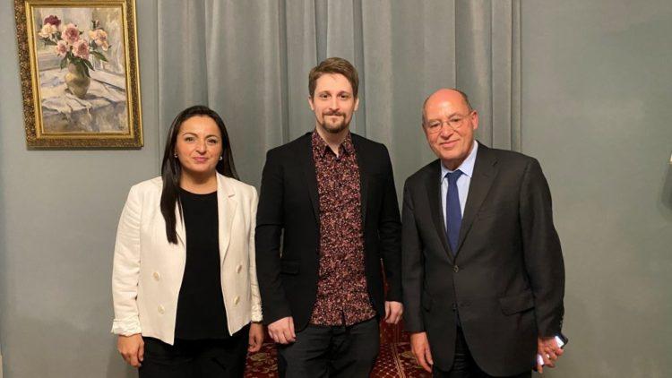 Sevim Dagdelen und Gregor Gysi beim US-Whistleblower Edward Snowden in Moskau