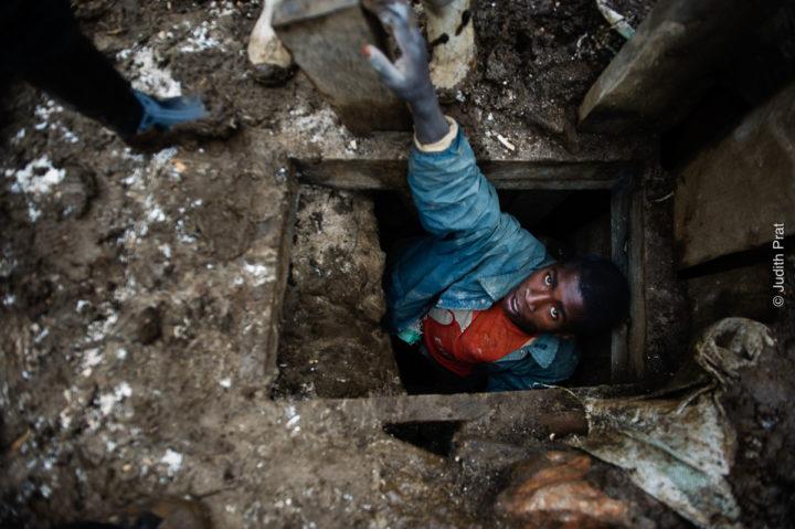 La muestra fotográfica «Expolio» documenta el saqueo de recursos en el continente africano