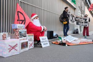 Torino: attivisti di Extinction Rebellion vestiti da babbo natale consegnano regali alla Rai