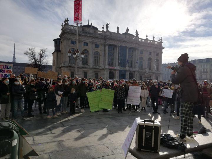 """Feliz NaviDad, il diritto all'istruzione """"in presenza"""" prende voce nelle piazze italiane."""