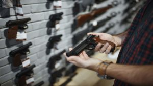 Fachin suspende tarifa zero para importação de revólver e pistola