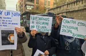 Nueva concentración de los vecinos de la madrileña Cañada Real por la falta de luz