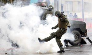 Investigación internacional llama a prohibir uso de gas lacrimógeno a Carabineros: «Puso en riesgo las vidas de los manifestantes»
